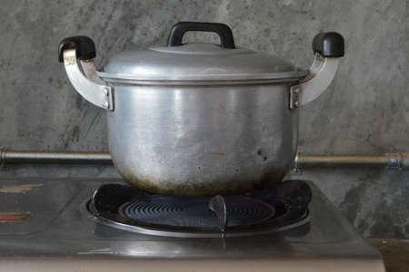 gas cooker: Vieja olla de aluminio en una cocina de gas Foto de archivo