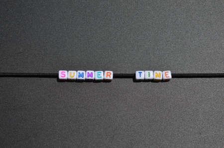 블랙 보드에 색깔의 편지 작성 된 문구 '여름 시간'의 가로 이미지.