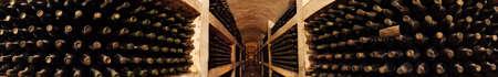 Alte Wein in einer Auflistung von Glasflaschen im Keller Wein Fabrik Purkary Dorf in der Republik Moldau (Ex-USSR)