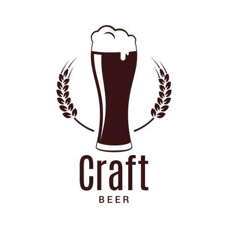 Bicchiere da birra con logo di grano. Birreria artigianale design su sfondo bianco