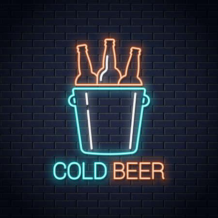 Banner de neón de cerveza fría. Cartel de neón de botellas de cerveza sobre fondo de pared
