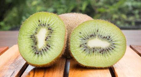 kiwi fruta: kiwis en rodajas sobre tabla de madera