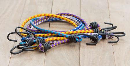 elasticidad: Banda el�stica en el viejo piso de madera.