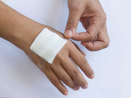 ulcers: Gauze bandage the hand,treating patients with hand ulcers