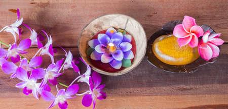 masajes relajacion: Jabones Loofah y velas en el piso de madera.