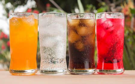 lata de refresco: agua con gas en un vaso