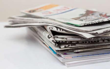periodicos: Revistas y periódicos en el vector blanco. Foto de archivo