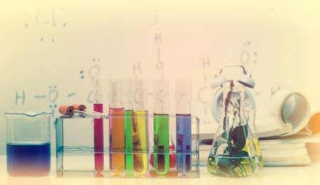 material de vidrio: Laboratory glassware with liquids of different colors