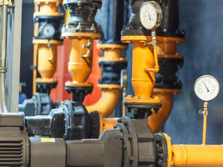 bomba de agua: Condensador de la bomba de agua y manómetro, bomba de agua enfriadora con manómetro Foto de archivo
