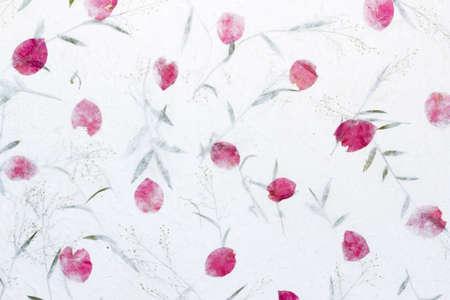 White Sa Paper met rozenblaadjes en bloemen van gras achtergrond, Sa Paper is met de hand gemaakt papier uit parochie Bosang provincie Chiang Mai ten noorden van Thailand, Mulberry papier textuur achtergrond
