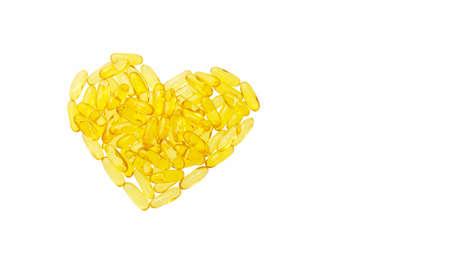 Pilules d'huile de poisson en forme de coeur isolé sur fond blanc Banque d'images - 47868685