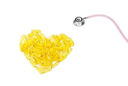 Pilules d'huile de poisson en forme de coeur isolé sur fond blanc Banque d'images - 47868688