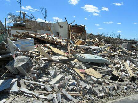 Tuscaloosa, AL, Verenigde Staten - 28 april 2011: beschadiging van de verwoestende tornado in Tuscaloosa op 27 april. Redactioneel