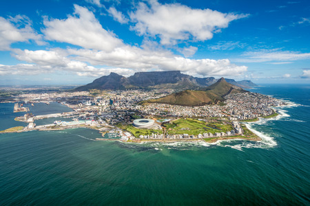 Ciudad del Cabo y los 12 Apostels desde arriba en Sudáfrica Foto de archivo - 66194390