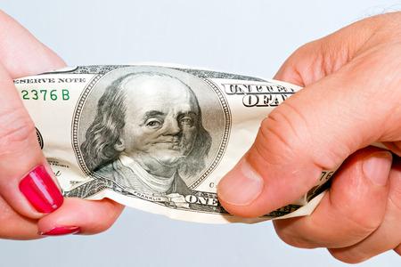 2 つの手厳しいビジネスの現実を象徴する紙幣をストレッチ