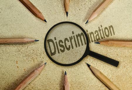현상에 대한 개념적 이미지로서의 돋보기 아래있는 단어 차별
