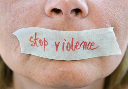 本文停止暴力女性の口に白いテープ