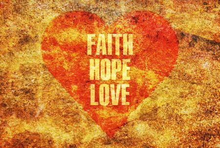 赤いハートに金色の文字で書かれた信仰の希望愛の言葉