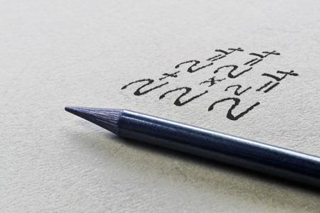 グラファイト鉛筆と 3 つの簡単な数学の方程式