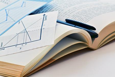 オープン経済の教科書とチャートのクローズ アップ