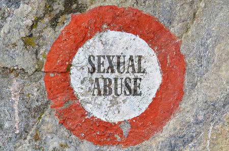 abuso sexual: Texto abuso sexual dentro de un c�rculo rojo sobre fondo de textura Foto de archivo