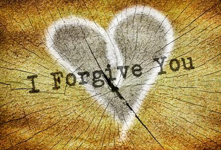 perdonar: Texto que perdonarte escrito sobre el corazón roto dibujado