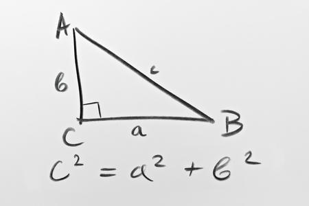 teorema: Bosquejo de un triángulo rectángulo y de la famosa fórmula de Pitágoras Foto de archivo