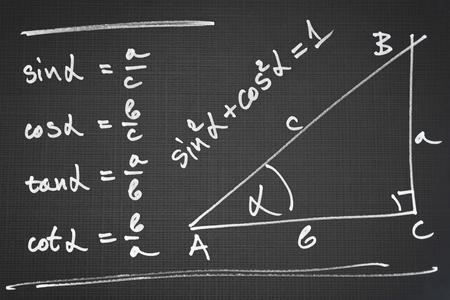 直角三角形と基本的な三角関数の定義のスケッチ