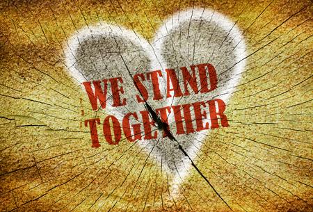 Testo We Stand Together scritto sopra un cuore su sfondo giallo Archivio Fotografico