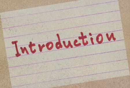 Woordintroductie handgeschreven op een papier in rode kleur