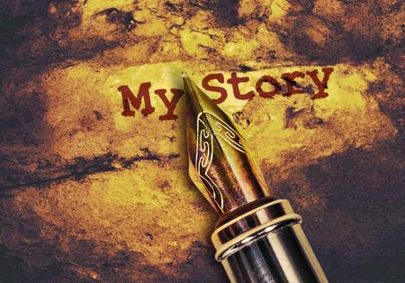 Gros plan d'un stylo plume et texte mon histoire sur fond doré