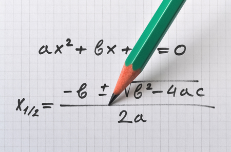Allgemeine quadratische Gleichung und die Formel, die die Lösung liefert Standard-Bild