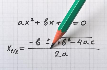 Ecuación cuadrática general y fórmula que da la solución. Foto de archivo