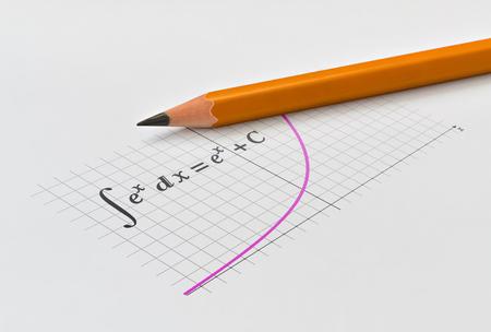 Gelber Bleistift und Integration der Exponentialfunktion mit ihrem Graphen