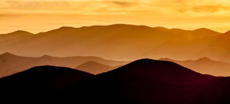 smokies: Sol sobre las monta�as de Smokies en invierno con la niebla en los valles.