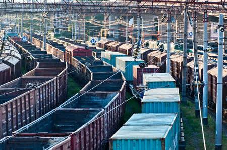 整列するヤードの貨車の列車 写真素材