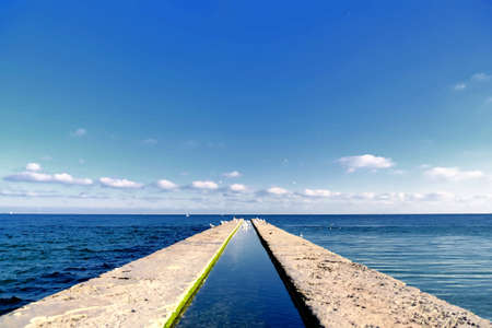 bach: Pier Streckung ins Meer, mit dem Bach in der Mitte.