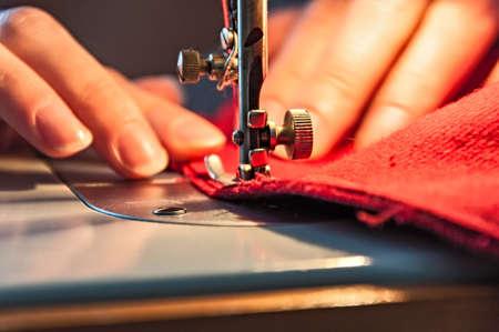 maquinas de coser: Costura de procesos - Mujeres Foto de archivo