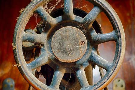 M�quina de coser Retro - fragmento de la vieja m�quina de coser en dificultades en el polvo. Primer plano. Imagen HDR. photo