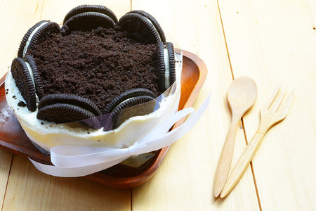 Creamy cheesecake with chocolate cookies and cream biscuits.