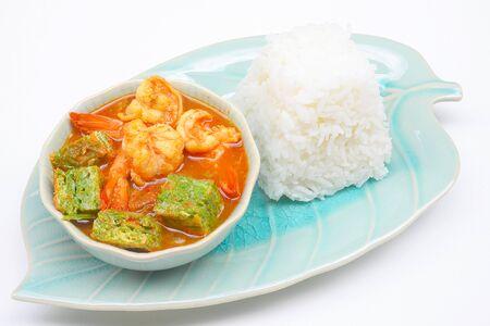 tamarindo: Camarones y huevo Sopa agria hecha de pasta de tamarindo, Deliciosa comida tailandesa tradicional Foto de archivo