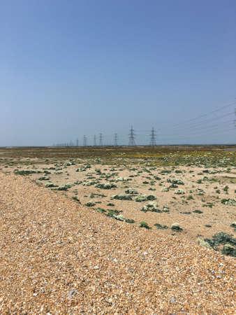 torres el�ctricas: Las torres de electricidad en la distancia en Dungeness desierto Foto de archivo
