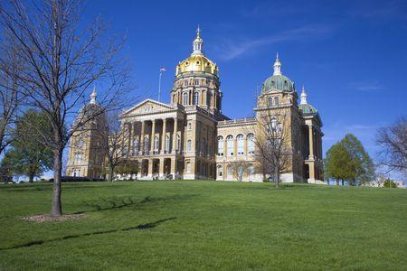 des: Des Moines, Iowa - State Capitol under blue sky.