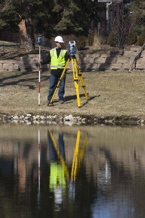 topografo: Reflejo de un supervisor con rob�tico de la estaci�n de trabajo Foto de archivo