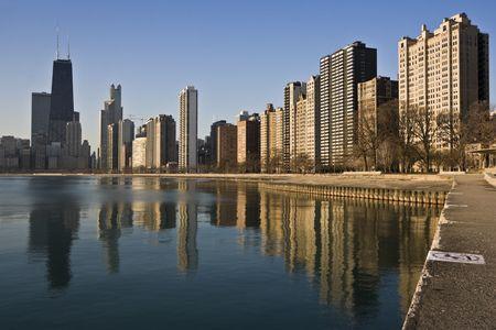 cna: Chicago se refleja en el Lago Michigan tiempo por la mañana. Foto de archivo