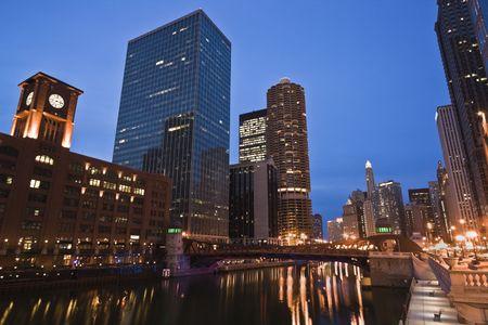 cna: Se ilumina la noche y por el r�o Chicago Foto de archivo