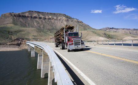 Camiones cargados en el puente Foto de archivo - 3994610