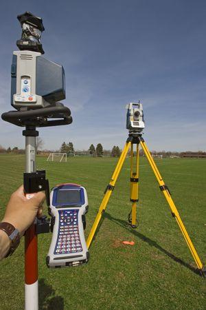 encuestando: Estación de robótica con un prisma polo y colector de datos listo para el trabajo. Foto de archivo