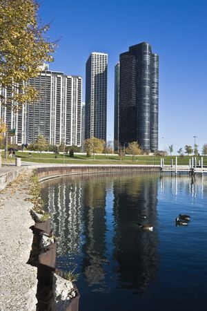 cna: Lake Point Tower riflette nel lago Michigan - Chicago Archivio Fotografico