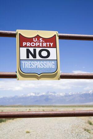 no trespassing: Propiedad EE.UU. - prohibido el paso firme.